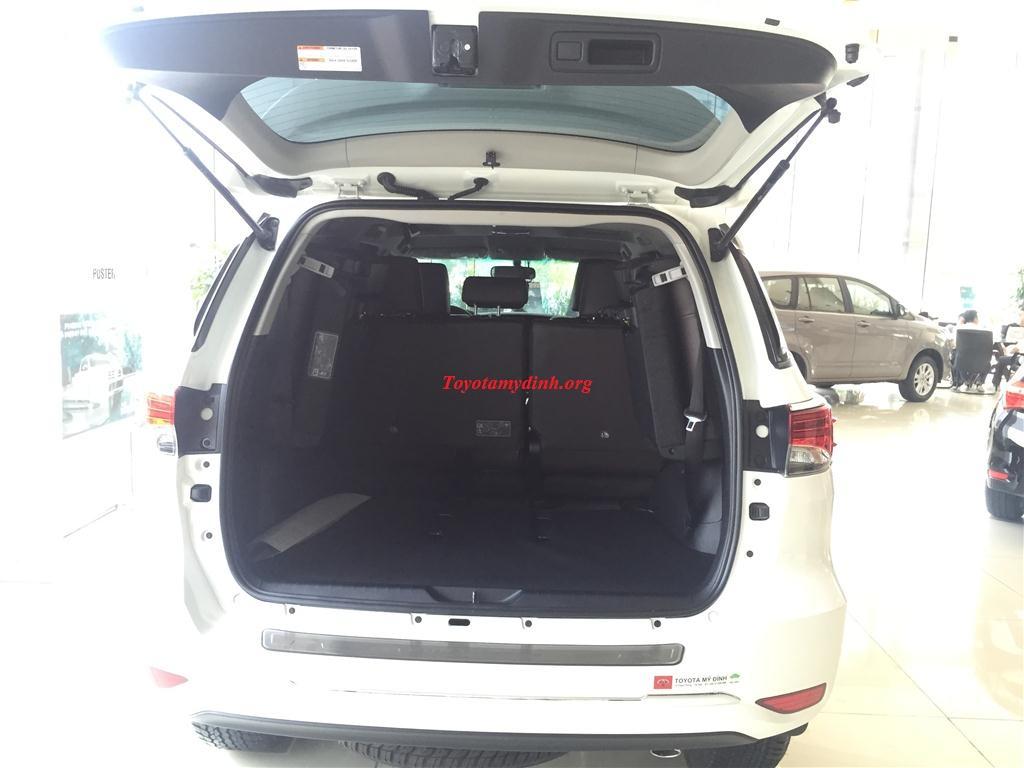 Cốp sau xe mở ra: hàng ghế được xếp gọn gàng. Cốp sau rất rộng với cách bố trí mới tiện dụng và hợp lý