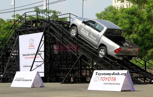 lai-thu-xe-hilux-2017-toyota-my-dinh-01