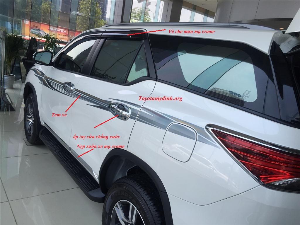 Bên hông xe: Tem xe, Vè che mưa ốp sườn mạ crome, ốp tay cửa chống xước mạ crome sang trọng được lắp thêm.