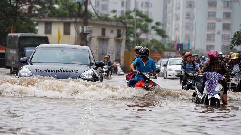 Kinh nghiệm khi điều khiển ô tô đi qua đường ngập nước - Toyota mỹ đình